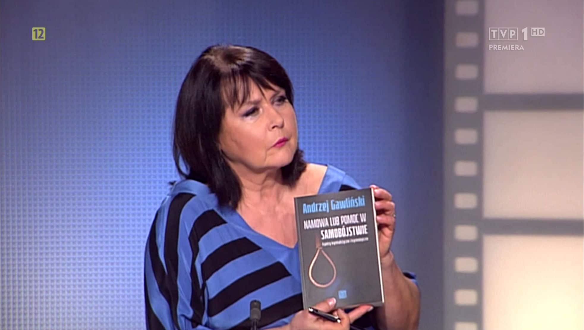 Elżbieta Jaworowicz z książką Namowa lub pomoc w samobójstwie