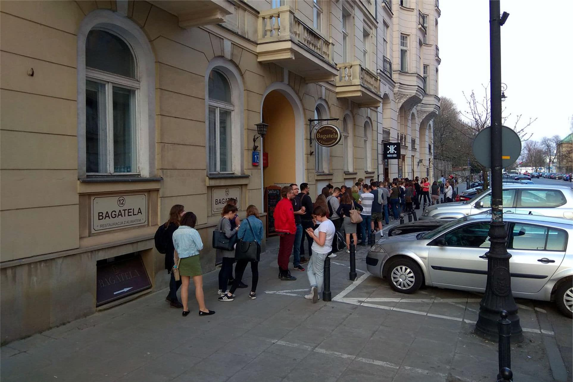 Worek Kości - Kolejka przed wejściem - fot. Artur Bednarek