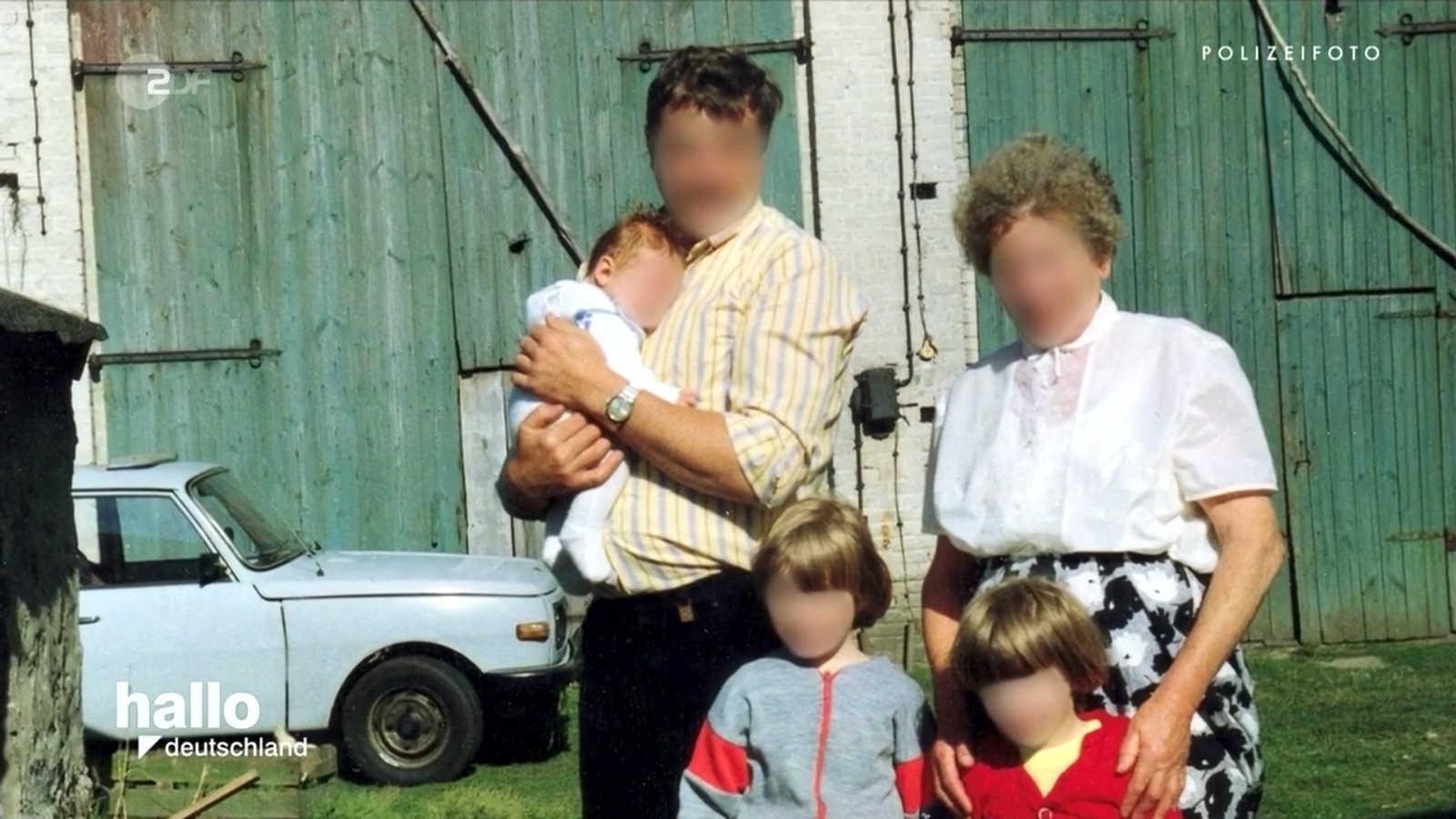 Zdjęcie Gunthera G. z rodziną. W tle niebieski samochód osobowy.